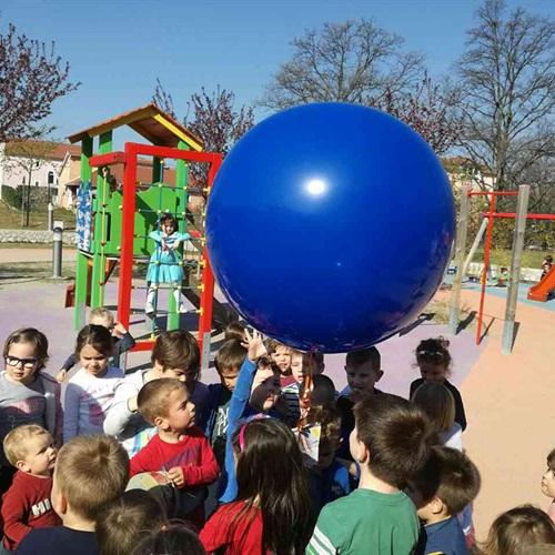 Plavi balon u znak podrške osobama s autizmom